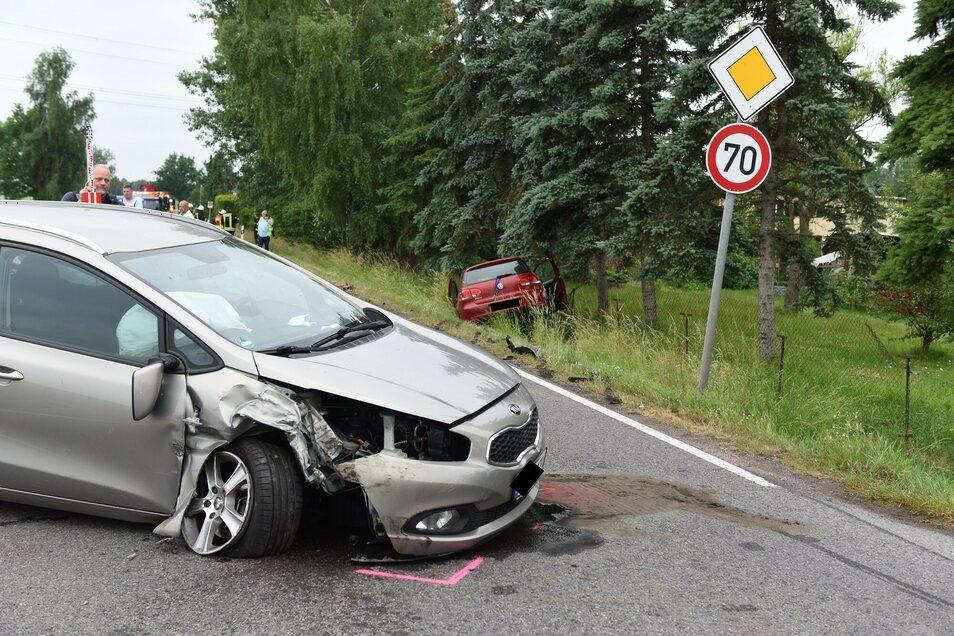 Auf der S200 bei Altmittweida kam es am Dienstagabend zu einem schweren Unfall mit drei Fahrzeugen