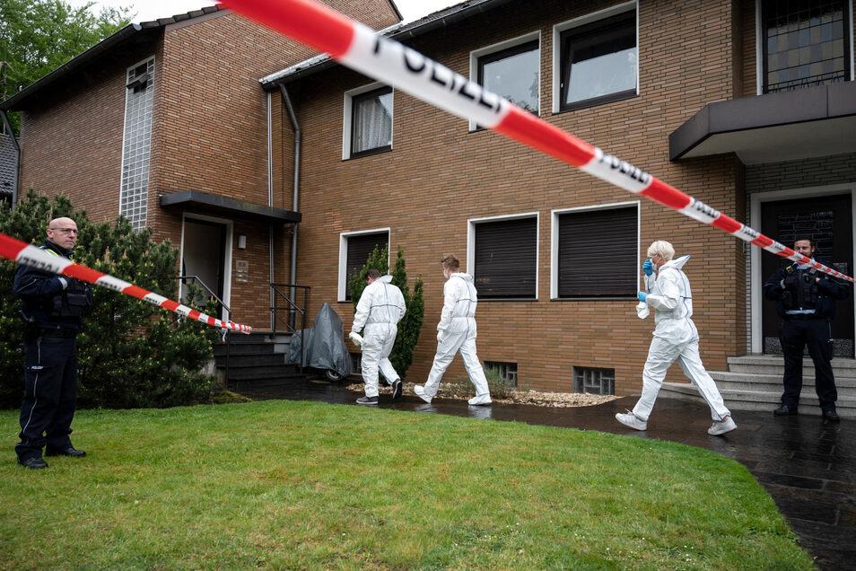 Ermittler der Polizei betreten den Tatort in Gelsenkirchen.