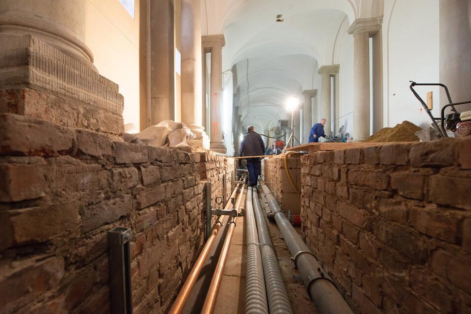 Das wird der künftige Ausstellungsraum in der Bogengalerie L. Auf der über 300 Jahre alten Bodenplatte in dem Kanal sind schon neue Heiz- und Kälteleitungen installiert.