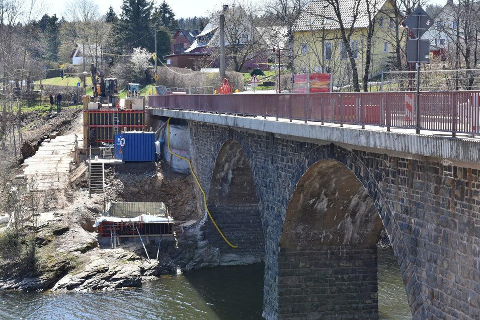Die Brücke über den Lämmergrund, einen Seitenarm der Talsperre Malter, wird saniert und um eine zweite für Radfahrer und Fußgänger erweitert.