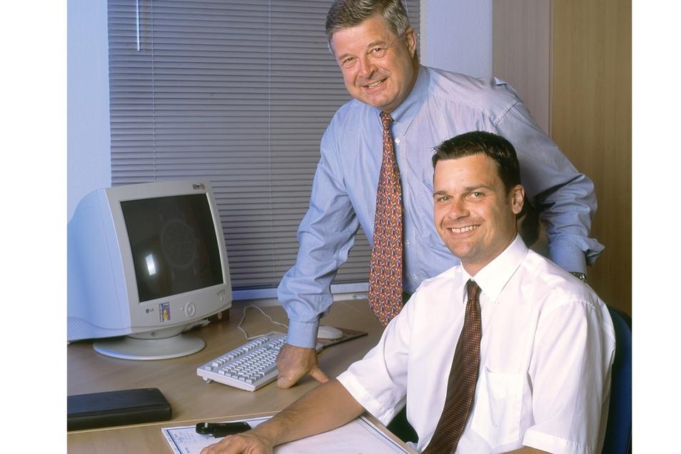 Hans-Jürgen Mühle zusammen mit Sohn Thilo Mühle, der 2000 in die Firma einstiegt und sieben Jahre später die Geschäfte übernahm. Das Foto stammt aus dem Jahr 2001.