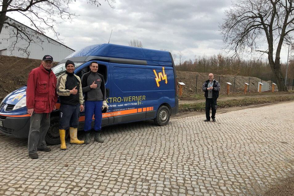 Die Firma Elektro-Werner halb beim Aufbau der Tafeln entlang der ehemaligen Kaiser-Wilhelm-Allee.