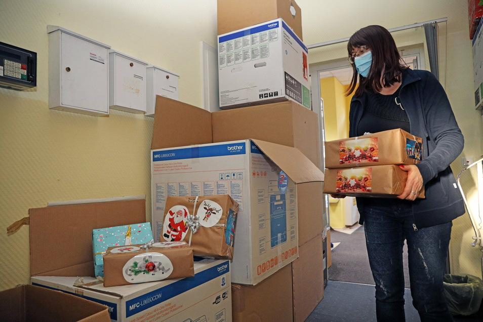 Die Mitarbeiterinnen der Riesa-Information nehmen noch Weihnachtspäckchen für Kinder entgegen - aber nur noch bis zum 30. November.