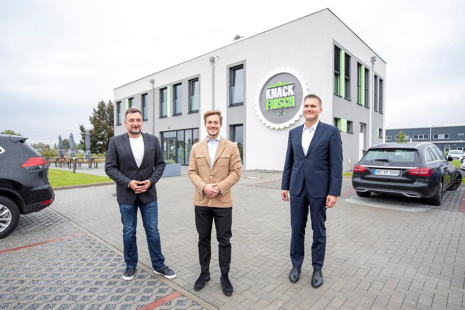 Knack-Frisch-Geschäftsführer Frank Thomas, Prokurist Chris Podavka und Christian Müller, Geschäftsführer SIB Innovation- und Beteiligungsgesellschaft (v.l.), vor dem Neubau in Pirna: 2,5 Millionen Euro in eine moderne Großküche investiert.