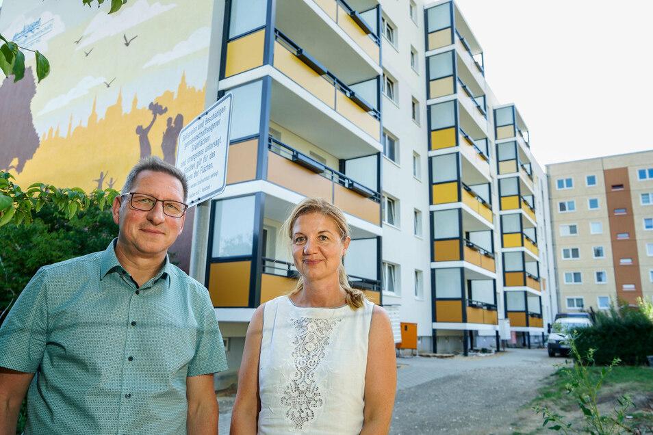 Die Vorstände Andre Hassa und Sandra Thiel von der Bautzener Wohnungsbaugenossenschaft Einheit freuen sich, dass die Mieter in den Eingängen Gesundbrunnenring 11 bis 17 neue Balkone haben. Auch an anderen Stellen investiert die Genossenschaft.