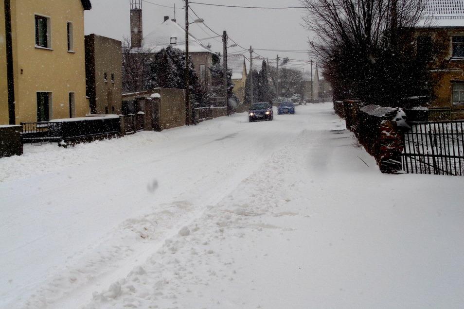 Viel Schnee, wenig Verkehr: Wie hier in Großraschütz zeigte sich Großenhain und sein Umland am Sonntag von seiner eisigen Seite.
