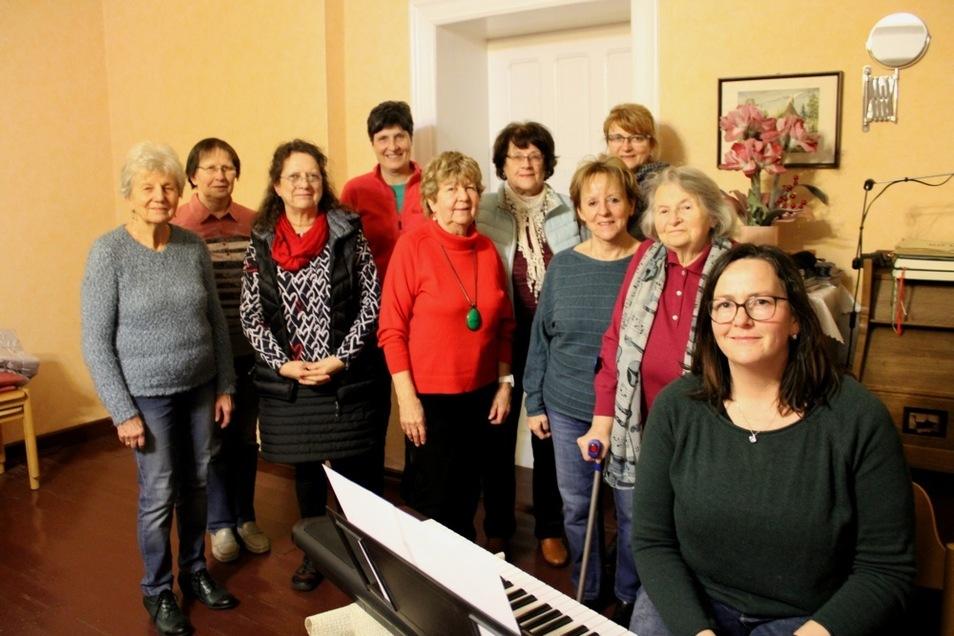 Christiane Weber (rechts), die neue Leiterin des Singkreises der evangelischen Kirchgemeinde Lauta-Dorf, bei der ersten Chorprobe mit den sangesfreudigen Frauen.