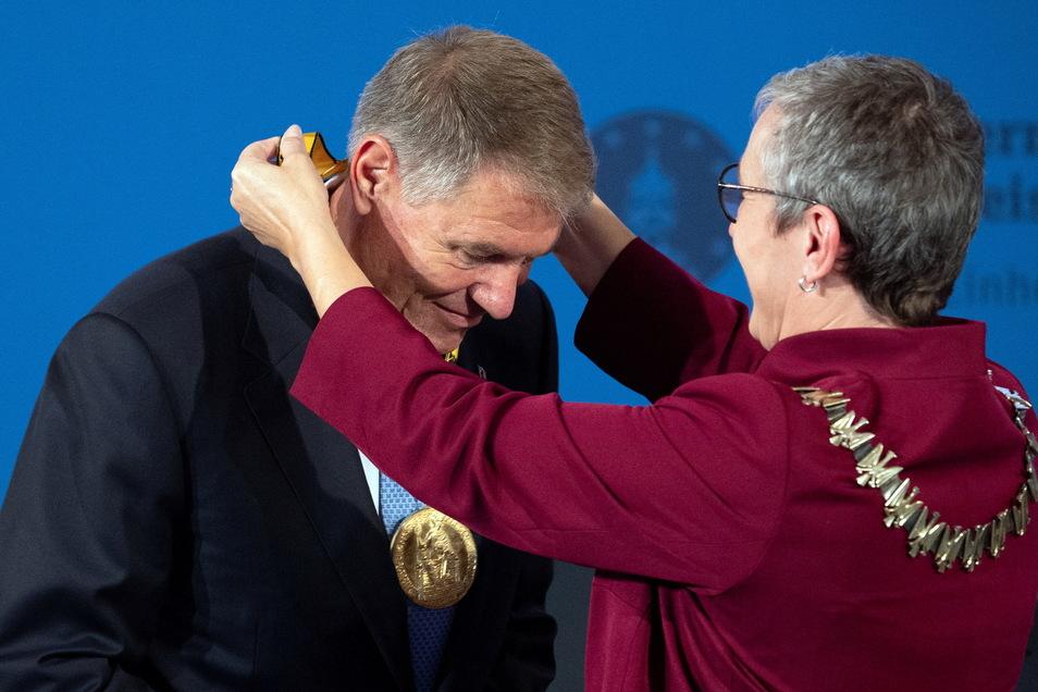 Sibylle Keupen (Parteilos), Bürgermeisterin von Aachen, überreicht die Plakette des Karlspreises an Klaus Iohannis, rumänischer Präsident