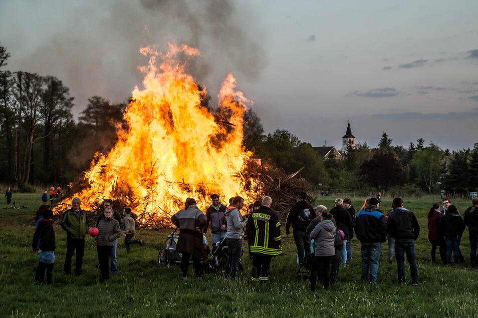 Das Hexenfeuer gleicht mancherorts einem Volksfest. Teilweise gibt es vorher traditionelle Fackel- und Lampionumzüge - wie etwa in Niesky und See.