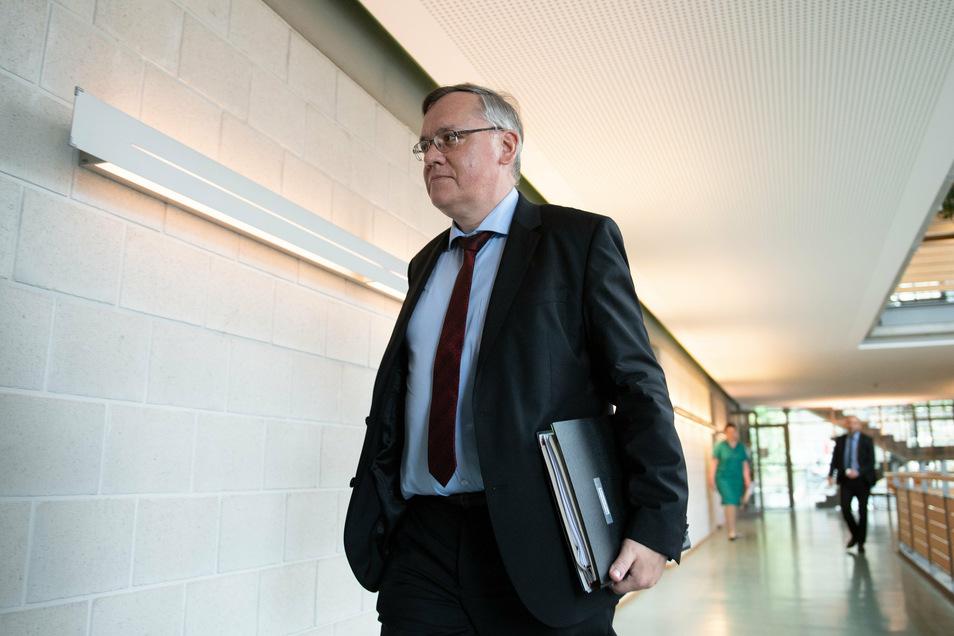 Sachsens neuer oberster Verfassungsschützer Dirk-Martin Christian hat einen denkbar schweren Start.
