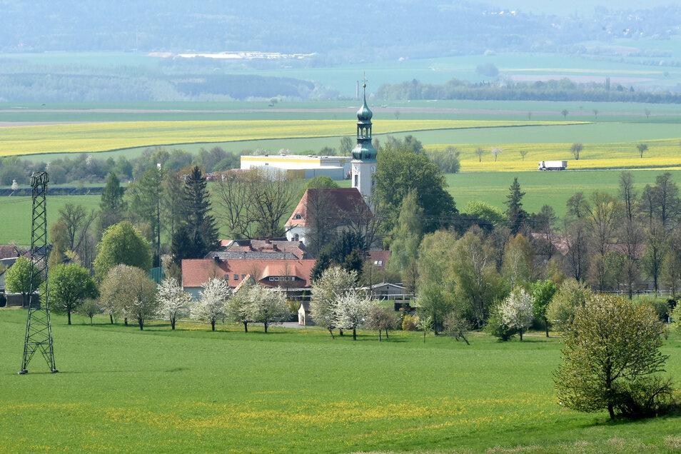 Eine Ortsansicht von Oberseifersdorf mit Blick zur Kirche. Jetzt sind hier auch die Einwohner aufgefordert, sich Gedanken über die künftige Entwicklung der Windparks im Ort Gedanken zu machen.