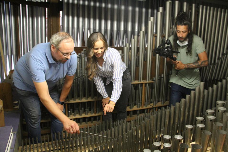 Der neue Imagefilm für Bautzen führt Darsteller und Zuschauer auch ins Innere der Eule-Orgel im Dom. Dort erklärt Dirk Eule Hauptdarstellerin Linda Schönherr, wie die Orgel gewartet wird.