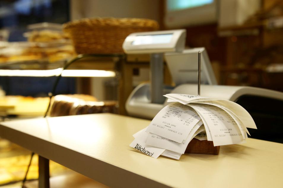 Viele Kunden wollen den Kassenzettel gar nicht erst haben. Im Geschäft der Bäckerei Freudenberg in Niesky werden die Bons tagsüber gesammelt und abends entsorgt.
