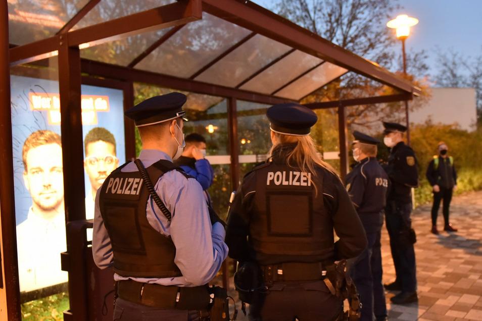 Am Busbahnhof in Deuben werden die Beamten schnell fündig. An der frischen Luft haben nur wenige Fahrgäste Lust auf die Maske.