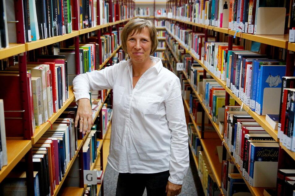 Die Kamenzer Bibliothek öffnet ab Montag kommender Woche wieder für Besucher. Leiterin Marion Kutter freut sich darüber.