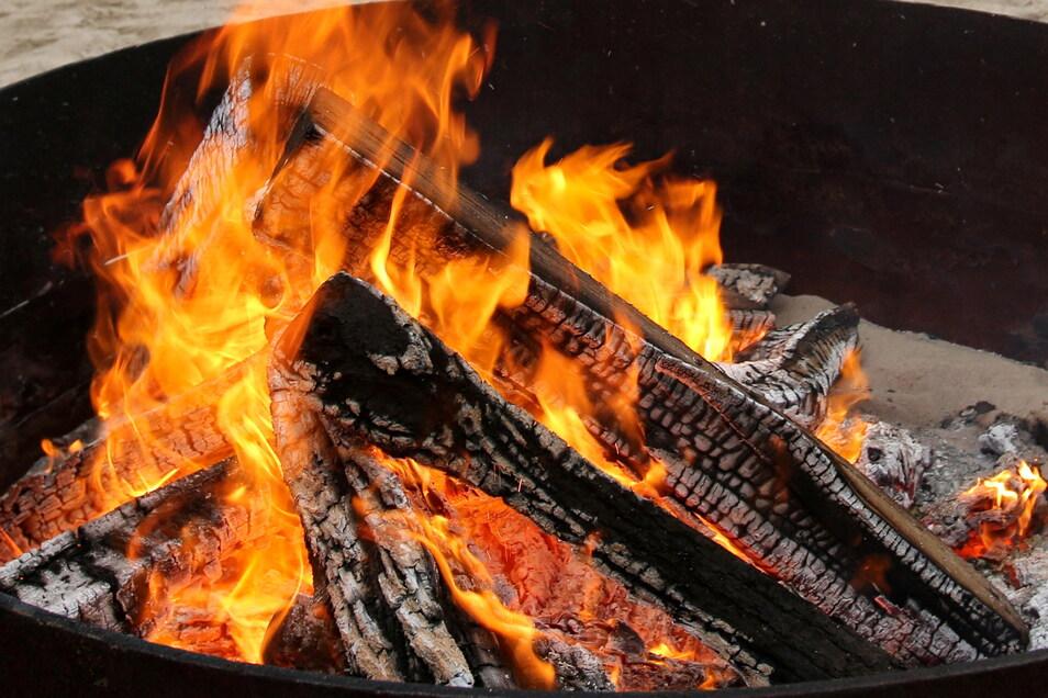 Auch in Feuerschalen darf nur trockenes unbehandeltes Holz verbrannt werden.