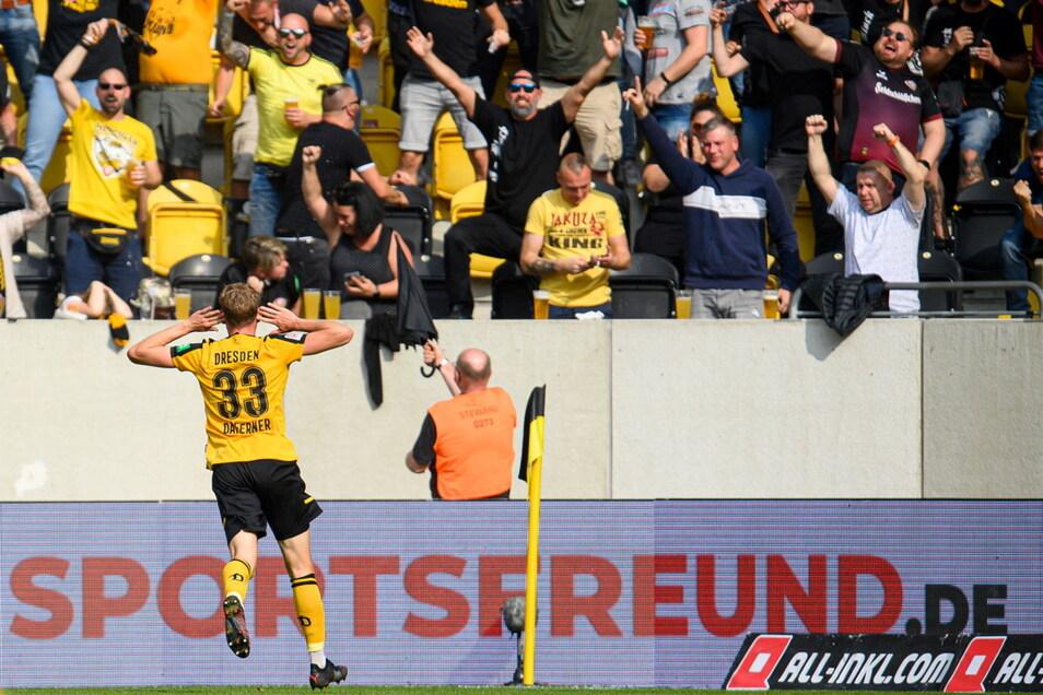 Christoph Daferner jubelt nach seinem zweiten Treffer und feiert mit den Fans.