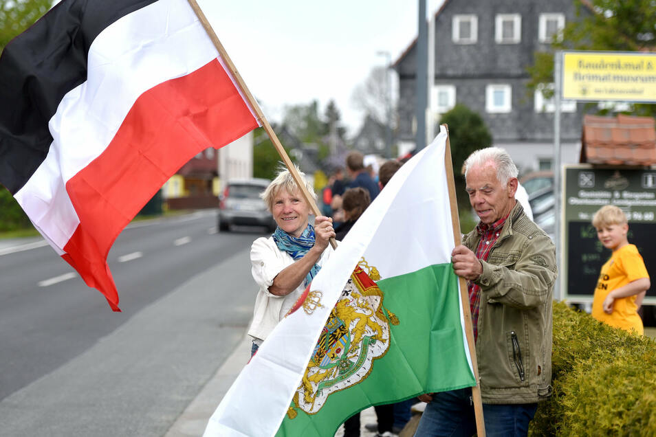 Eine Seifhennersdorferin zeigt in Eibau offen die Reichsflagge.