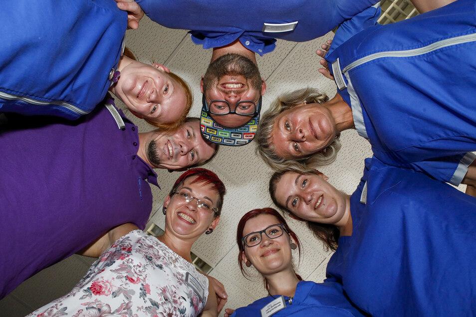 Annett Buchwald (unten links) und ihr Team von  der neuen Sozialstation Mittelherwigsdorf sind ein Grund dafür, warum das Diakoniewerk Oberlausitz und seine Tochterfirmen jetzt erstmals mehr als 1.000 Mitarbeiter haben.