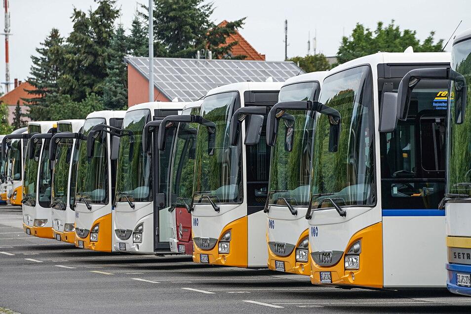 Im Betriebshof der Regionalbus Oberlausitz GmbH in Bautzen wartet die Busflotte auf ihren Einsatz. Ältere Fahrzeuge sollen jetzt mit Staatsgeldern durch neue ersetzt werden.