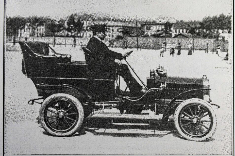 """Der Kamenzer Fahrzeughersteller Horst Steudel mit einem seiner Automobile der Marke """"Horst Steudel"""" 1907 in der Allgemeinen Automobilzeitung (AAZ). Zu sehen sein soll eine Internationale Prüfungsfahrt Wien-Klagenfurth-Wien."""
