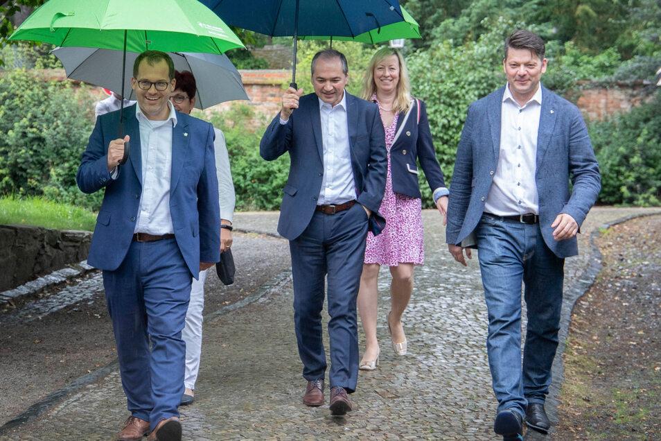 Hochschulrektor Alexander Kratzsch, Görlitz' OB Octavian Ursu, Zittaus OB Thomas Zenker (vorn, von links nach rechts) sowie Kanzlerin Karin Hollstein und Prorektorin Sophia Keil (hinten, rechts) liefen gestern durch Zittau.