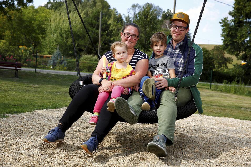 """Beatrix Koreng-Tschierswitz und ihr Mann Frank Tschierswitz zogen mit ihren Kindern Theo (5) und Marie (2) aus Bayern wieder in die alte Heimat. Hier in Lückersdorf wurden sie mit offenen Armen empfangen. """"Wir leben ruhiger hier"""", sagen sie."""