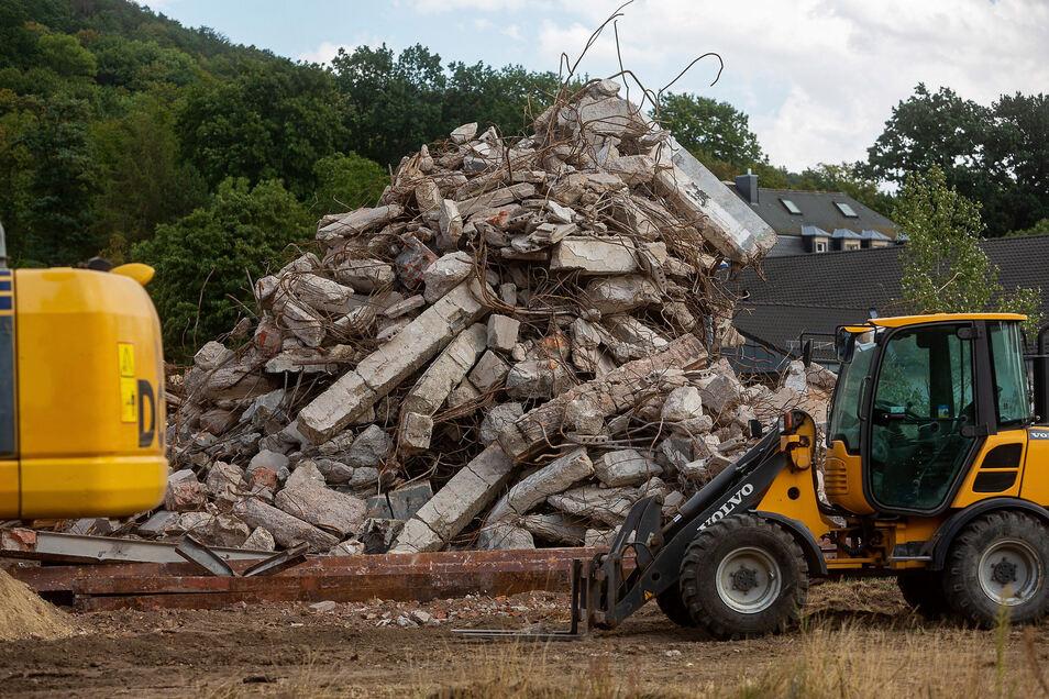 Auf der Baustelle häufen sich die Schuttberge, ein Mix aus Ziegelbruch, Stahlbeton und Holz.
