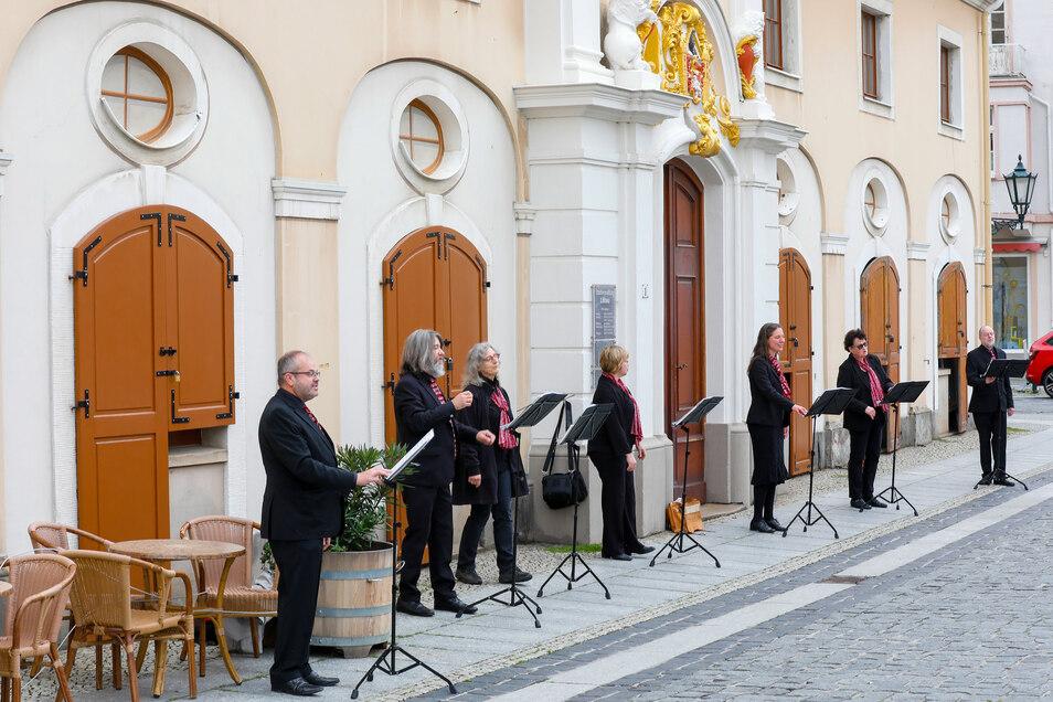 Gemeinsam gesungen wurde in der Löbauer Innenstadt trotz Corona-Beschränkungen.