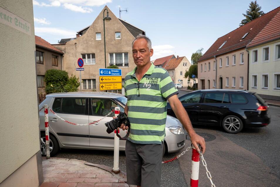 Anwohner Lutz Kühne ist froh, dass es nun ein Tempolimit auf der Nossener Straße in Wilsdruff gibt. Dessen Einhaltung müsse nun aber auch kontrolliert werden, fordert er.