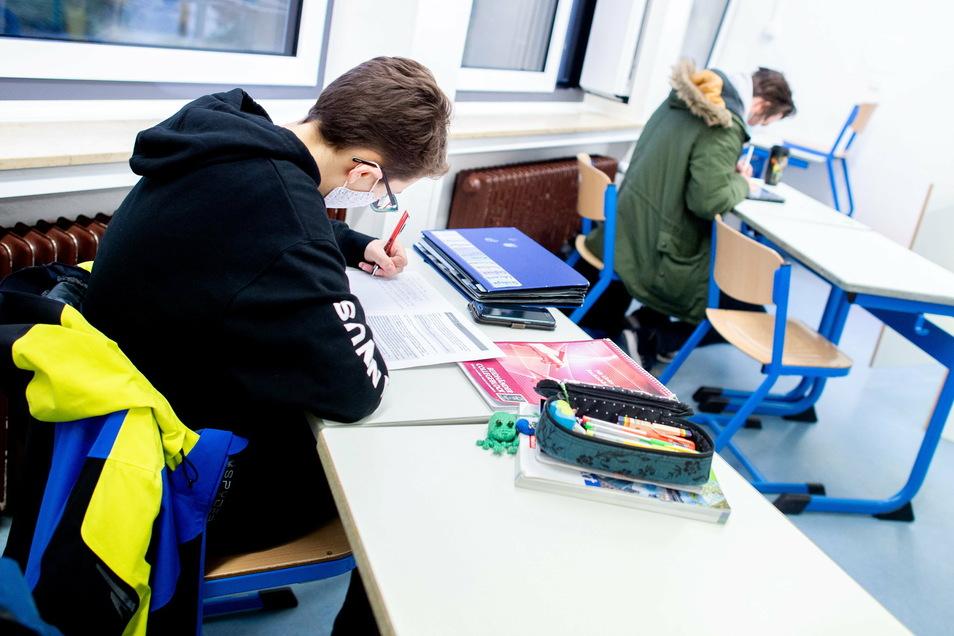 Die Abschlussklassen in Sachsen haben wieder Präsenzunterricht. Um die Abstände einzuhalten, werden die Klassen geteilt.