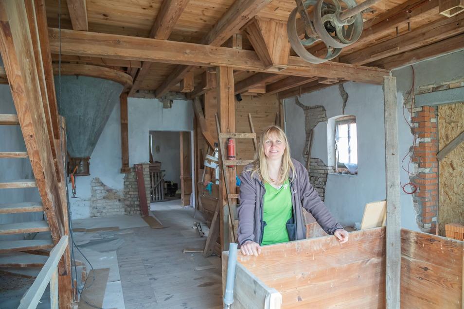 Leiterin Annett Hertweck in der alten Wassermühle in Förstgen, die von der Naturschutzstation umgebaut wird zu einem Museum, Café und einer Pension.