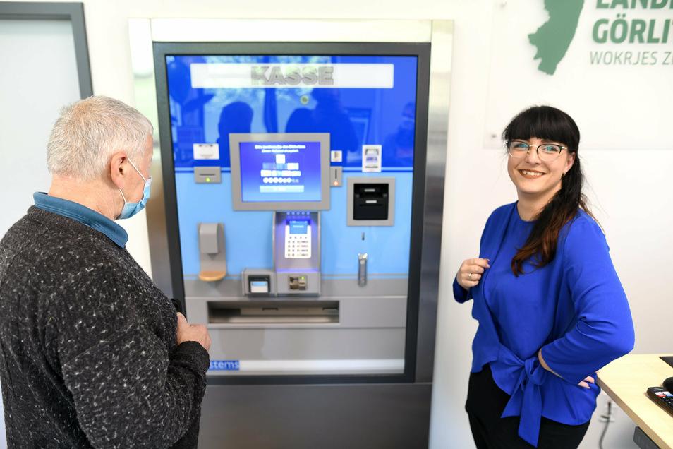 Christin Lauterbach-M'selmi gehört zum fünfköpfigen Team, das im Löbauer Bürgerbüro des Landkreises arbeitet. Hier hilft sie am neuen Kassenautomaten.