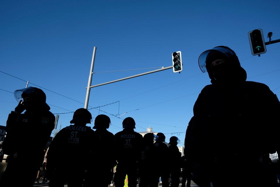 Am Wochenende wird es in Leipzig wieder einen Großeinsatz der Polizei geben, weil Corona-Gegner und Gegendemonstranten erwartet werden.