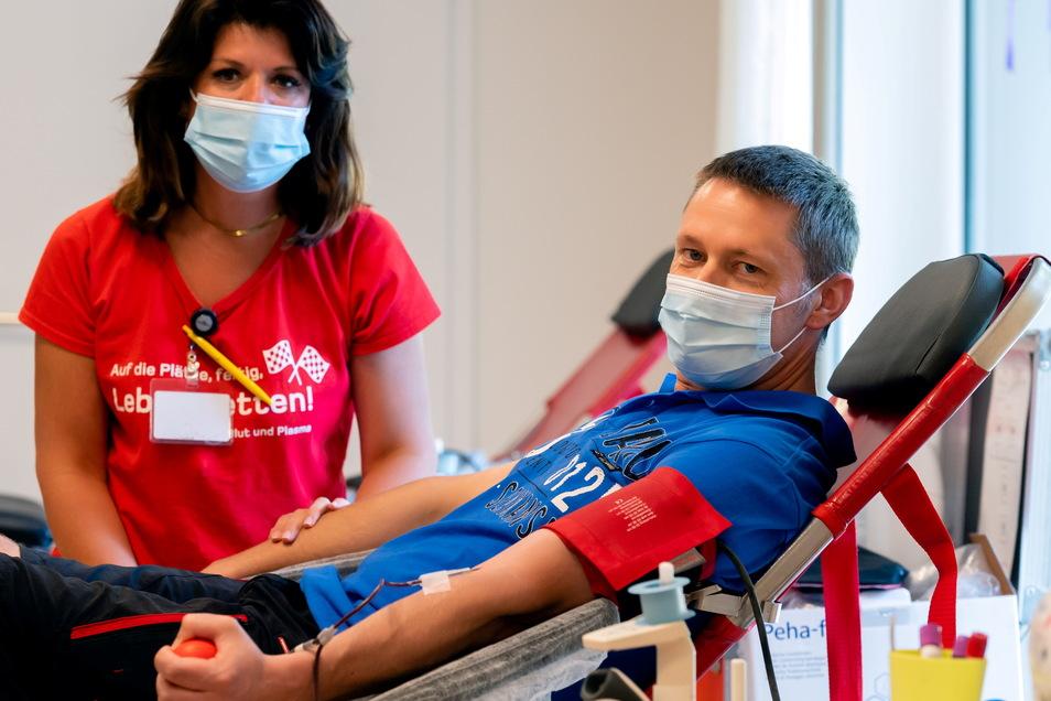 Thomas Förster aus Großdrebnitz kommt seit mehreren Jahren jedes Mal zum Blutspenden, wenn das Team vom Blutspendedienst Haema in Bischofswerda zu Gast ist.