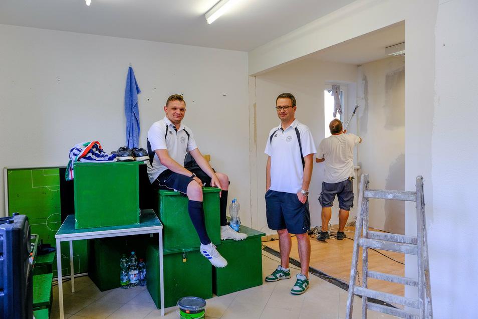 Die Präsidiumsmitglieder Felix Gärtner (l.) und Florian Militschke stehen in der verkleinerten Herrenumkleidekabine, wo die Umbauarbeiten noch im Gange sind.