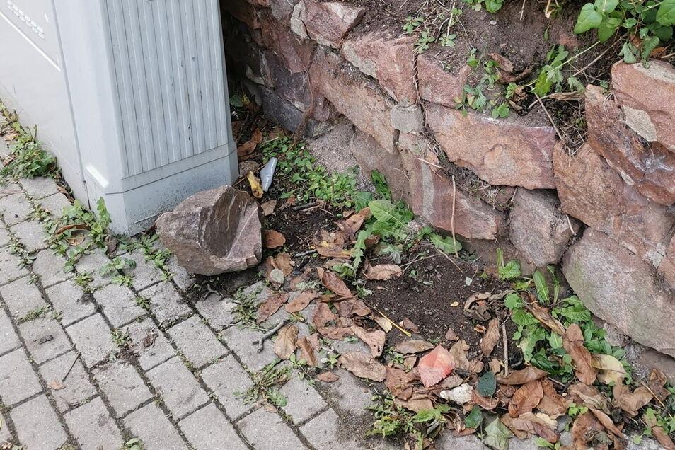Auf den Fußweg: Dieser Stein fiel unmittelbar neben der Bushaltestelle aus der Mauer an der Leipziger Straße.