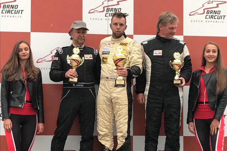 Ein seltenes Bild: Zweimal Koitsch auf dem Siegerpodest. In Brno gewann Toni (Mitte) vor seinem Onkel Jörg (links) den neunten Saisonlauf der Formel Mondial.