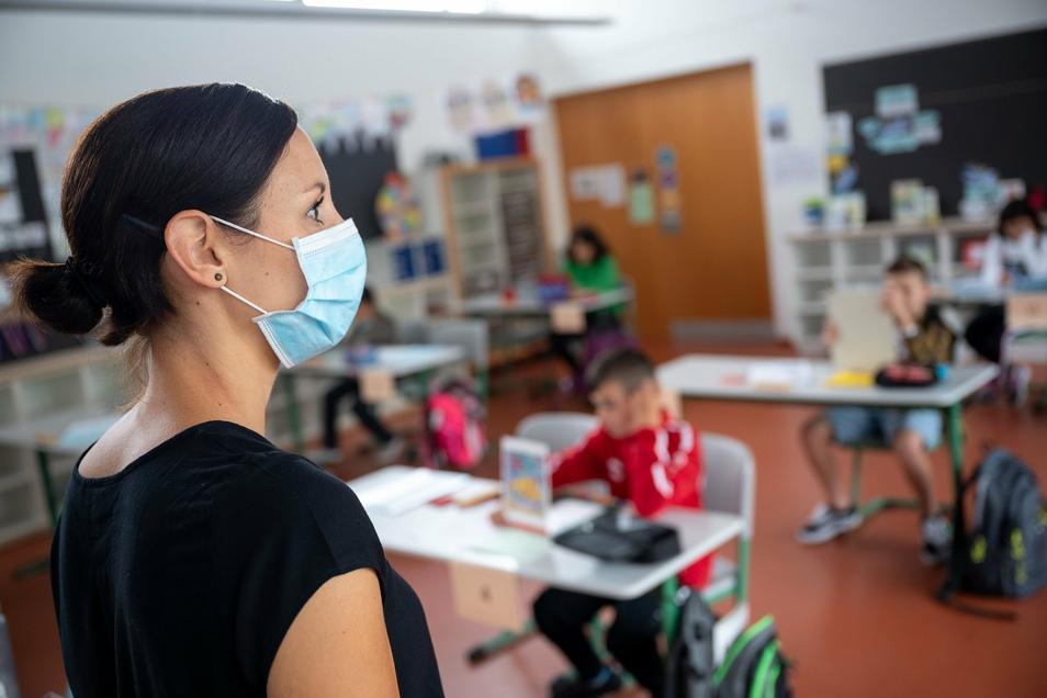 Der Unterricht kann an manchen Schulen wieder zwischen Präsenzzeit und Lernzeit zu Hause aufgeteilt werden.
