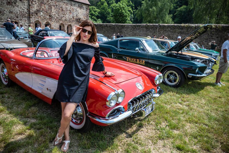 Jennifer Lange aus Zwenkau (31) präsentiert am Sonnabend im Kloster Buch den Oldtimer Chevrolet Corvette ihres Vaters.
