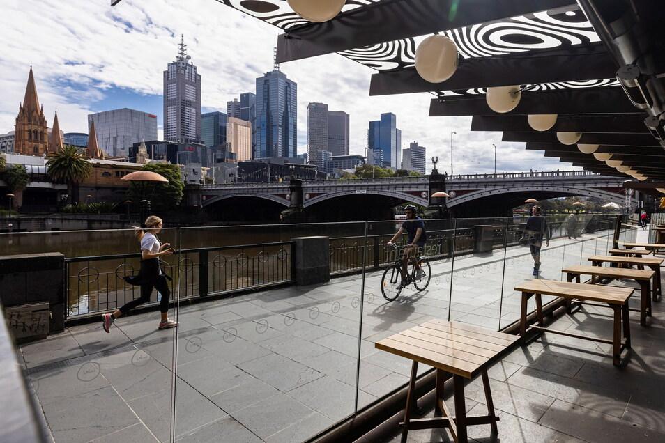 Menschen beim Training entlang der Southgate in Melbourne.