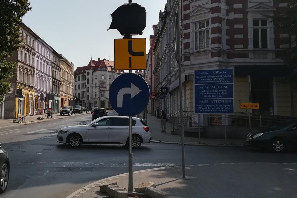 Unmittelbar hinter der Stadtbrücke in Zgorzelec hat der Gegenverkehr Vorfahrt, dann geht es nach rechts, so der Plan. Aber nicht jeder hält sich dran.