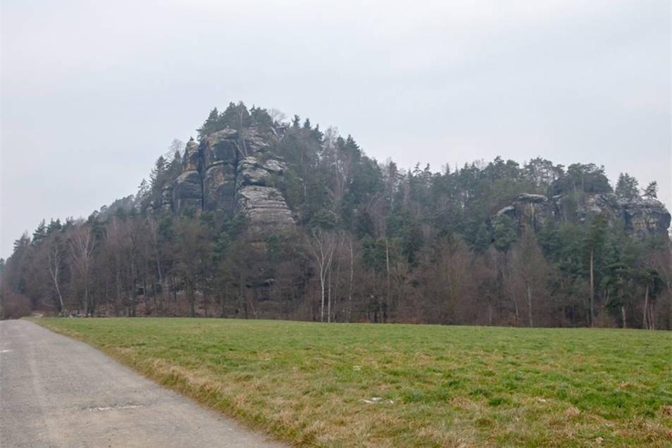 Der Rauenstein (linkselbischer Tafelberg in der Sächsischen Schweiz, 303,70 Meter über NN).