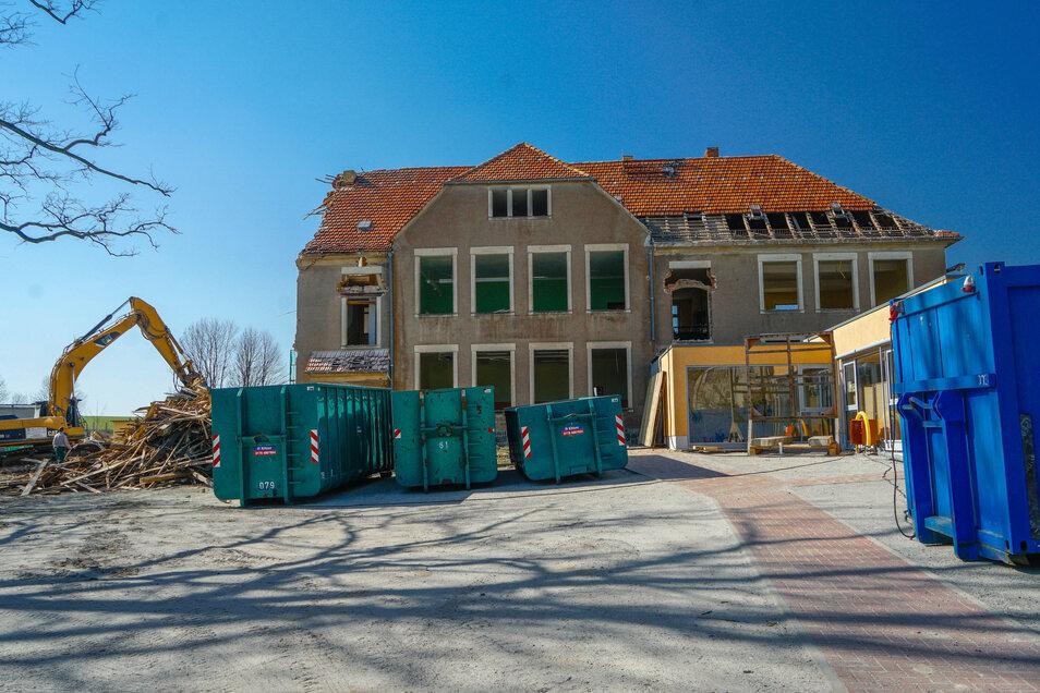 Die Goldbacher Schule zu Beginn dieser Woche: Ein Drittel vom Gebäude war da schon weg..