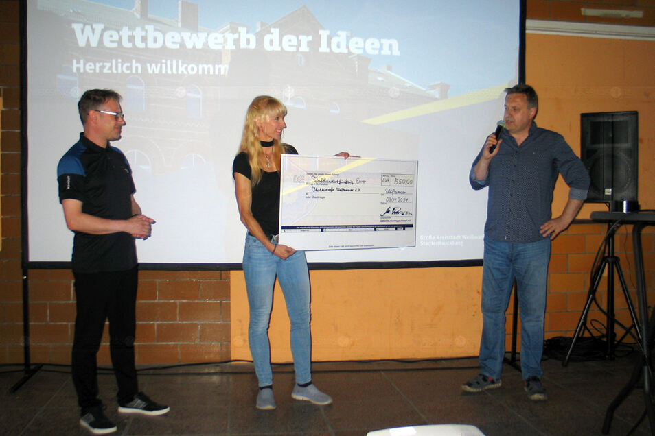 Mathias Prasa (li.) übergibt den ersten Scheck dem Kultursofa-Verein Weißwasser. Organisiert hatte die Spendenaktion Stadtvereinschef Frank Schwarzkopf.