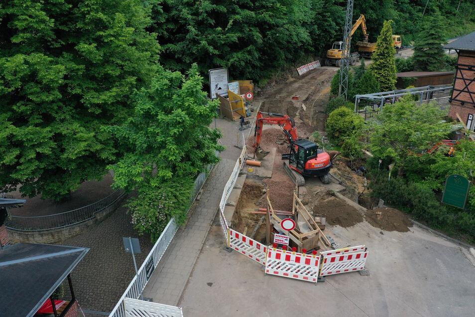 Aufwendig, aber bald vollbracht: Zwischen Rabenau und Lübau wird noch bis Mitte Juli gebaut.