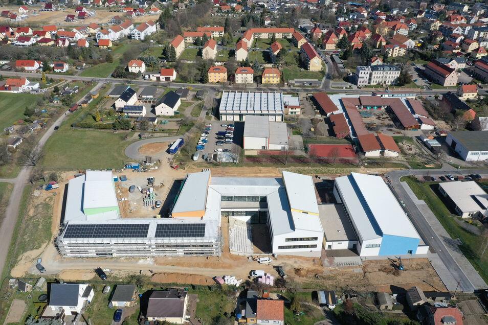 Das künftige Wilsdruffer Gymnasium aus der Vogelperspektive - in Richtung Stadtverwaltung und Saubachtalhalle.