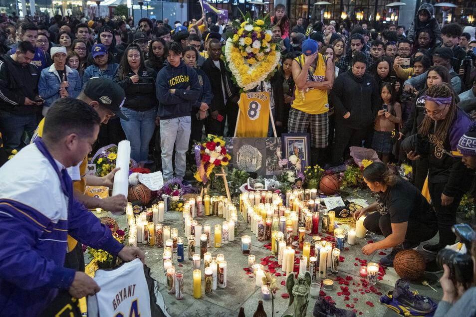 Fans gedenken dem verstorbenen Basketballspieler in der Nähe des Staples Center in Los Angeles.