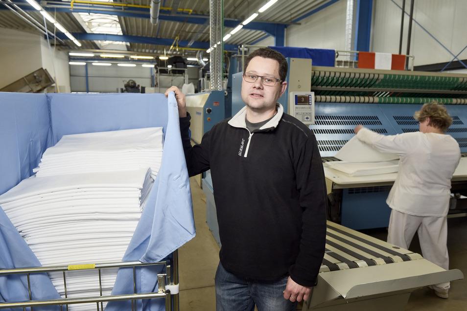 Ein Foto aus guten Zeiten: Geschäftsführer Marcel Gruner steht im Dezember 2018 in seiner Wäscherei im Roßweiner Gewerbegebiet. Wegen der Corona-Krise musste er jetzt alle Mitarbeiter in Kurzarbeit schicken.