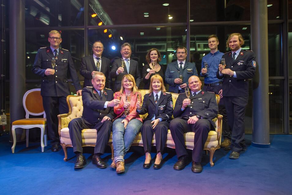 Ehrenamtliche Kameradinnen und Kameraden der Rettungs- und Einsatzdienste wurden zum Neujahrsempfang in den Landesbühnen für ihr Engagement geehrt.
